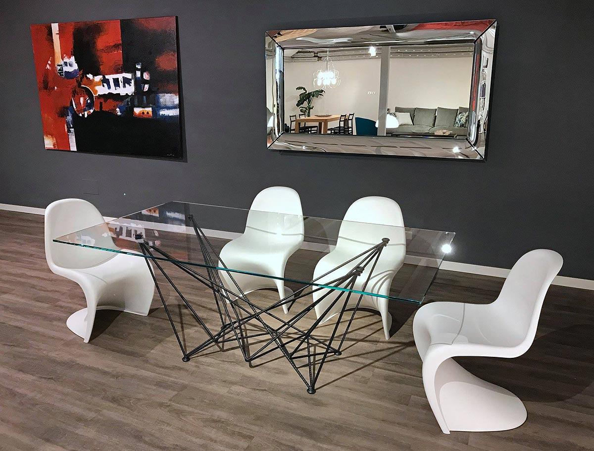 Tavolo Gordon di Cattelan Italia / Sedie Panton Chair di Vitra / Specchio Caadre di Fiam Italia