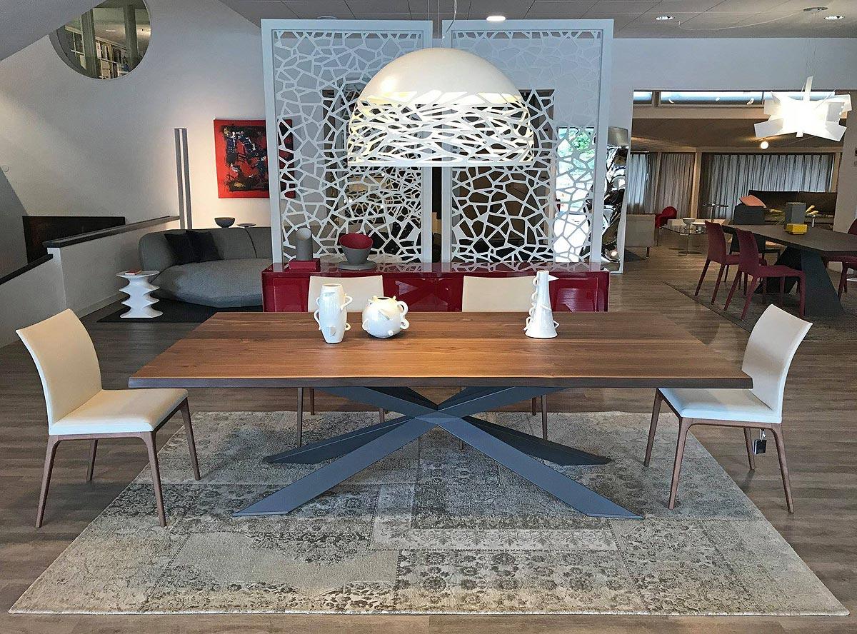 Tavolo Spyder Wood di Cattelan Italia / Sedie Arcadia Couture di Cattelan Italia / Sospensione Kelly di Studio Italia Design