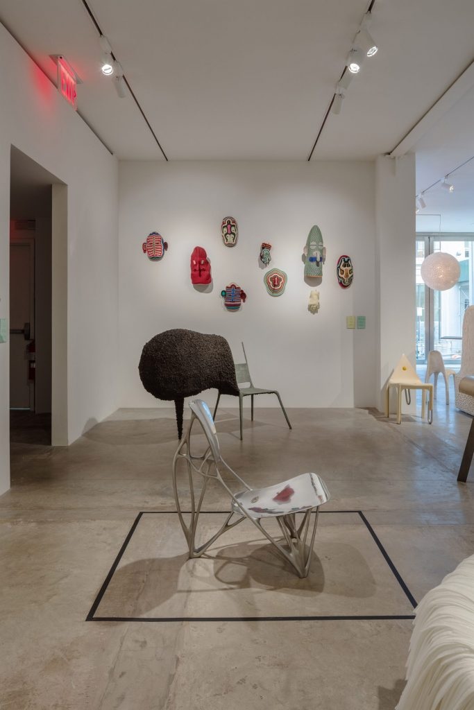 Sedia in alluminio - Joris Laarman, sedia in acciaio - Nacho Carbonell, maschere - Bertjan Pot